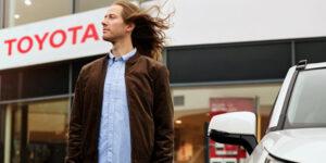 Mann vor Toyota Autohaus